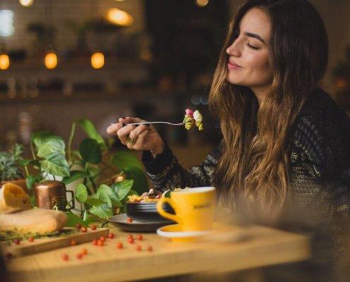 devojka-jede-u-restoranu
